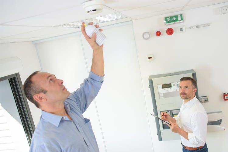 Mit einem Rauchspray lassen sich Geräte schnell und günstig prüfen