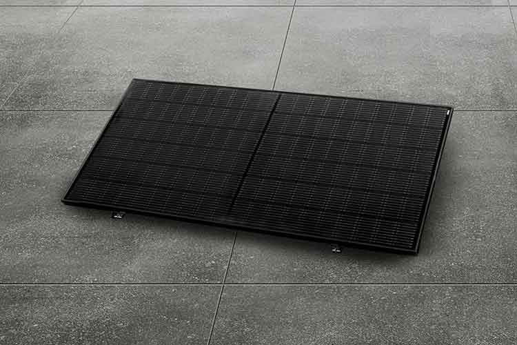 Die priwatt priFlat Stecker-Solaranlage behinhaltet ein modernes monokristallines Solarmodul mit 120 Halbzellen