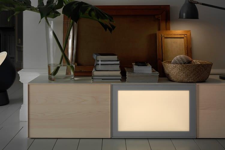 Das Lichtpaneel SURTE setzt zum Beispiel im Wohnzimmer leuchtende Akzente