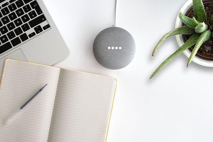 Am Arbeitsplatz kann Musik über einen Google Lautsprecher für nötige Entspannung sorgen