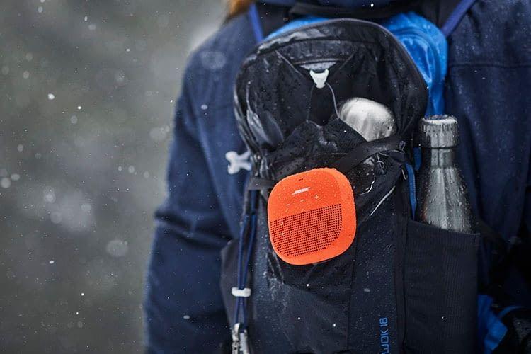 Outdoor Bluetooth-Lautsprecher BOSE SoundLink Micro an einem Rucksack angebracht