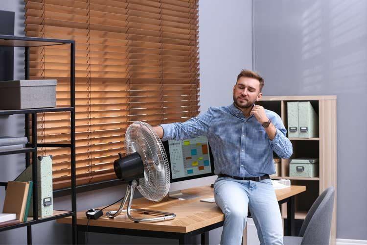 Ein Tischventilator eignet sich für Nutzer, die sich ganz in der Nähe aufhalten