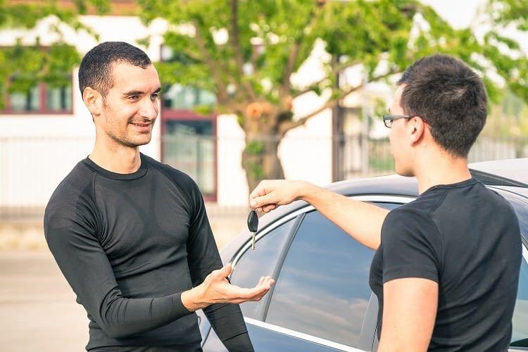 Bei einem Händler wird umfassend über gebrauchte Elektroautos beraten