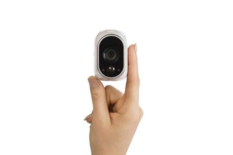Die Arlo Überwachungskamera im Größenvergleich mit einer Hand