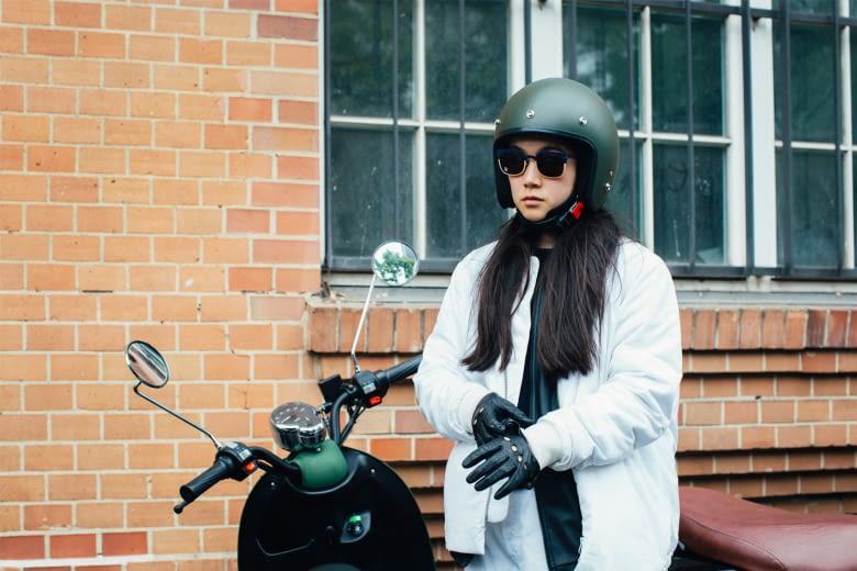 Den Helm kann man am Sitz des unu sichern oder mitnehmen