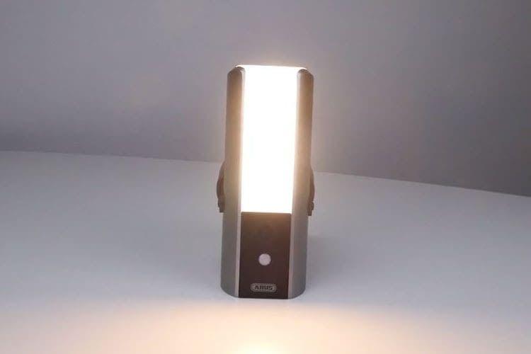 ABUS Smart Security World WLAN Lichtkamera PPIC36520 bringt mit 950 Lumen Licht ins Dunkel