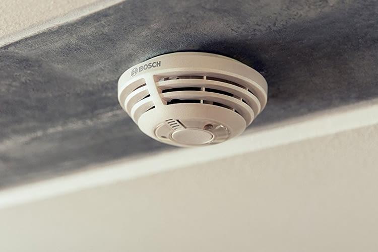 Der Bosch Smart Home Rauchmelder leitet den Alarm in andere Räume weiter