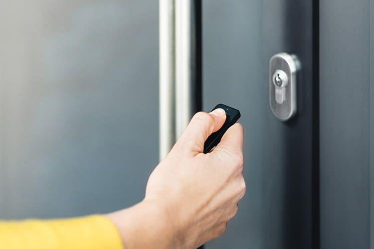 Mit einem Handsender können z.B. auch Rollstuhlfahrer Türen einfach öffnen