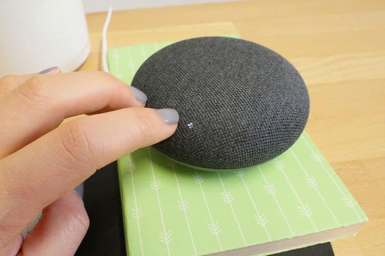 Google Nest Mini Ultraschallsensor: Nähert sich eine Person dem Gerät, leuchten die LED-Markierungen für die Lautstärke Touch-Felder auf