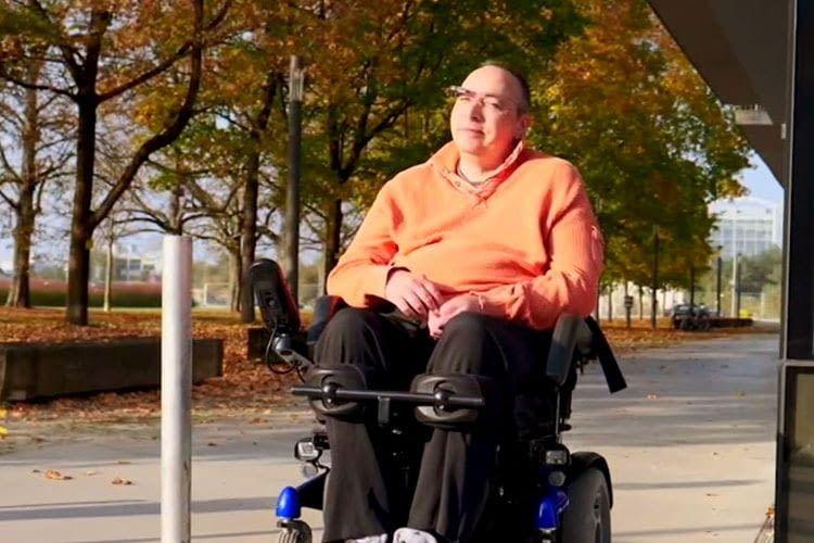 Mit munevo DRIVE sind keine Hände mehr für die Rollstuhl-Steuerung nötig