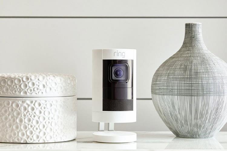 Mit dem ansprechenden Design findet die Ring Stick Up Cam auch im Wohnzimmer Platz