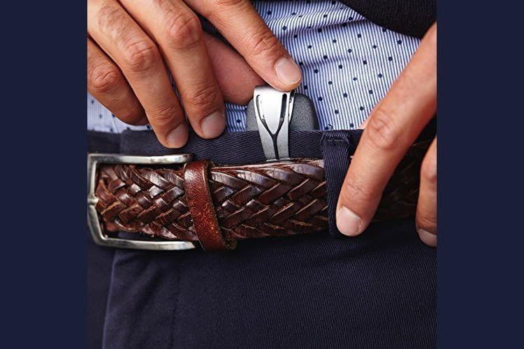 Der dezente Clip kann am Hosenbund oder BH getragen werden