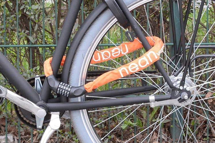 In knalligen Designs ist das nean Fahrradschloss mit Zahlen erhältlich