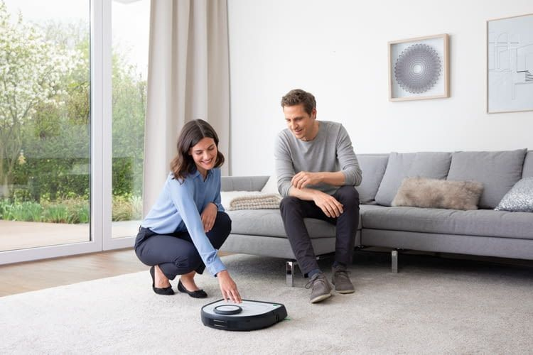 Kobold VR300 ist nur 9cm hoch und passt somit auch unter viele Möbel