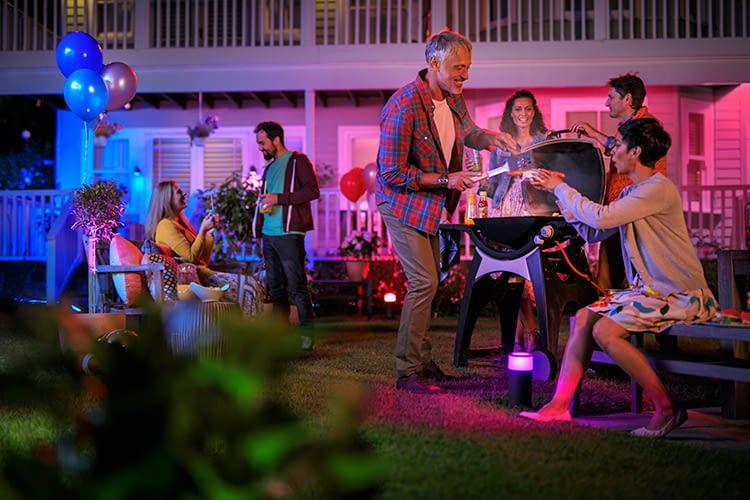 Grillen und feiern im Garten: Die Philips Hue Ambiance Außenlampen unterstreichen die Stimmung