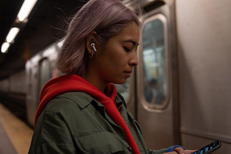 Apple Air Pods Pro verfügen über eine exzellente Geräuschunterdrückung. Siri wird durch Antippen der In Ear Kopfhörer gestartet