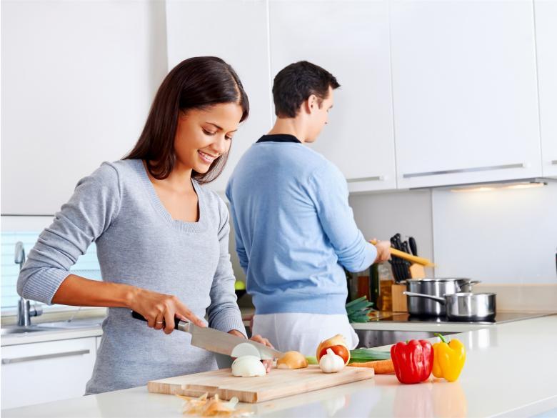 Paar kocht gemeinsam in der Küche