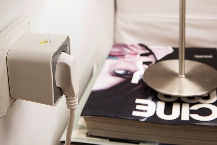 Die Zigbee-Steckdose OSRAM Smart+ Plug ist etwas klobig, dafür aber günstig