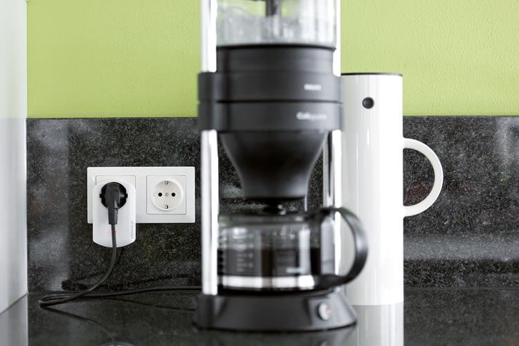 Der devolo Zwischenstecker eignet sich z.B. für die Kaffeemaschine