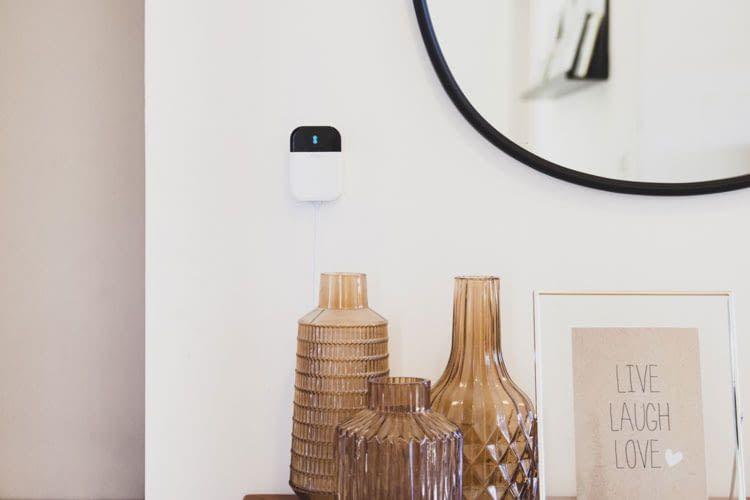Sensibo Sky ist klein und Nutzer können die smarte Steuerung für die Klimaanlage unauffällig an der Wand montieren
