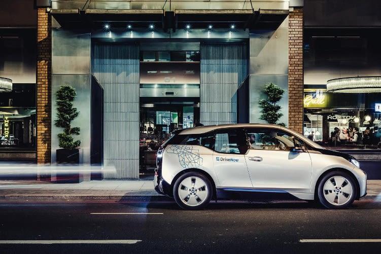 DriveNow bietet eine große Anzahl von Elektroautos in ihrer Flotte.