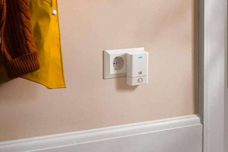 Der Bewegungsmelder am Echo Flex kann einfach direkt mit der Steckdose verbunden werden