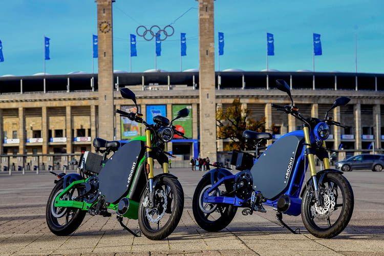 Das Elektromotorrad lässt sich an normalen Haushaltssteckdosen aufladen