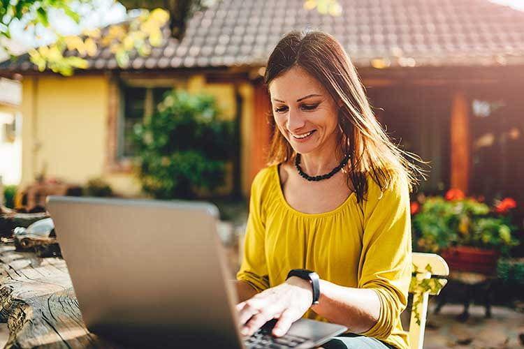 Home Office auf der Terasse, statt schwitzen im Büro - mit dem devolo dlan WiFi Outdoor Starter Set technisch machbar