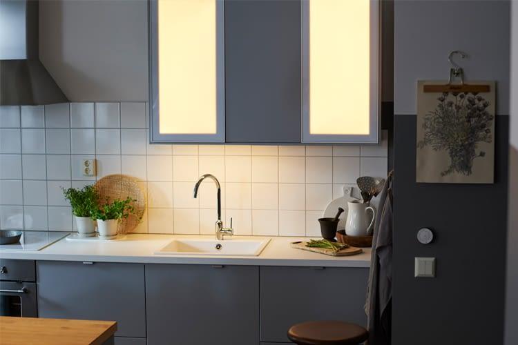 Die JORMLIEN LED-Tür kann nachträglich eingebaut oder mit Schrank gekauft werden.