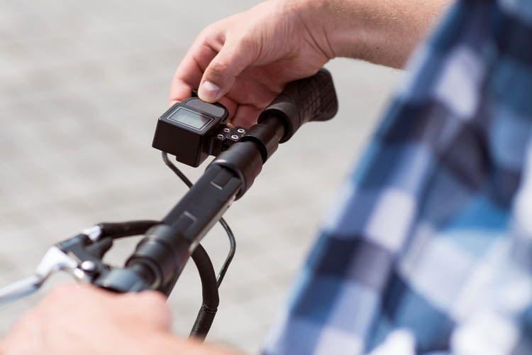 Manche Elektro-Scooter haben einen Tempomat oder ein ABS-System