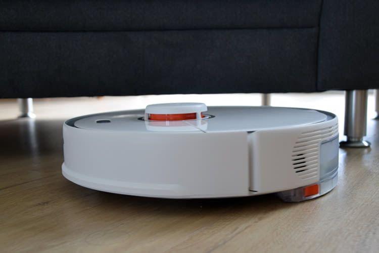 In unserem Test passte Roborock S5 Max gut unters Sofa und weitere Möbel
