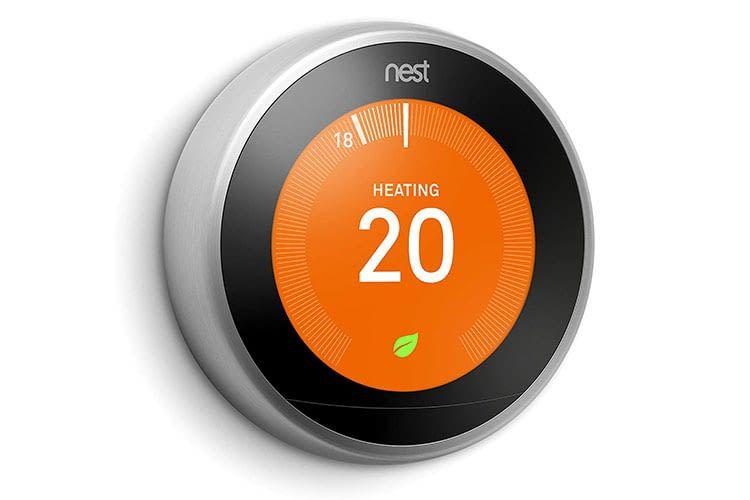 Das Thermostat von Nest besitzt eine runde Form und ist in Edelstahl gefasst
