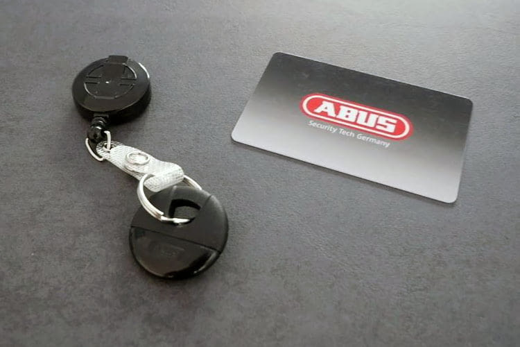 Mit ABUS wAppLoxx gesicherte Türen lassen sich per Tag, Chip-Karte oder Smartphone öffnen