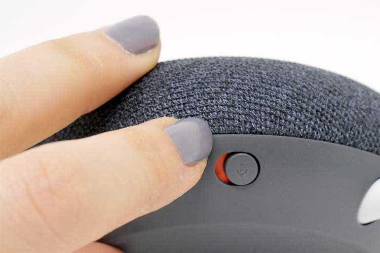 An der Gehäuseunterseite befindet sich der Mikrofon-Ausschalter von Google Nest Mini, der Google Assistant taub stellt