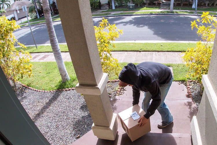 Paketbote oder dreister Dieb? Eine Videotürklingel meldet jede Person an der Tür