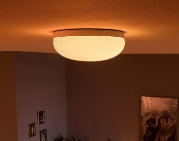 Der Hersteller Signify bietet ein breites Produktportfolio an Deckenleuchten, die mit smarten LED-Lampen ausgestattet sind