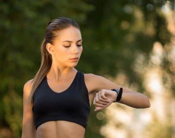 Per Fitnessarmband lassen sich wichtige Gesundheitswerte auf einen Blick ablesen