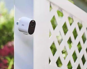 Die kabellose Arlo Essential Spotlight Kamera ist für drinnen und draußen geeignet