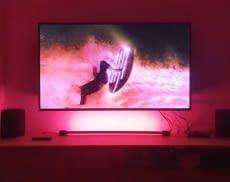 Die Philips Hue Play Gradient Light Tube sorgt für eine tolle TV-Hintergrundbeleuchtung