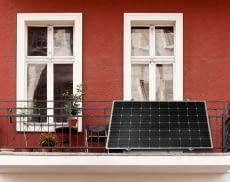 Die priLight 45° Balkon Solaranlage von priwatt eignet sich aufgrund ihrer Leichtbauweise sehr gut für kleine Balkons