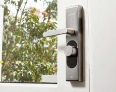 Nutzer ersetzen mit dem LOQED Türschloss die Schlüssel komplett durch das Smartphone