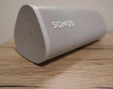 Sonos Roam ist ein dreieckiger, kompakter WLAN- und Bluetooth-Lautsprecher