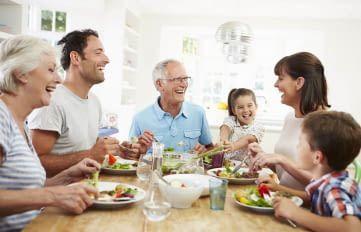 Gemeinsam als Familie in der smarten Küche essen