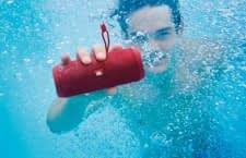 Sorgt auch unter Wasser für Musik: Der mobile Bluetooth-Lautsprecher JBL Flip 4