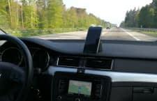 Die Smartphonehalterung Logitech ZeroTouch: Mit Sprachassistentin Alexa auf der Autobahn