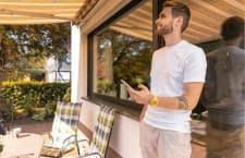 Mit einem elektrischen Markisenantrieb wie Schellenberg Markisenantrieb PREMIUM lässt sich die Markise per App steuern