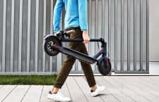 Kompakte Maße und geringes Gewicht ermöglichen den einfachen Transport des Elektro-Cityrollers