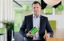 CEO und Mitgründer von Loxone Martin Öller mit dem Miniserver, dem Herzstück von Loxone Smart Home