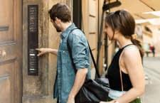 Mit einer smarten Gegensprechanlage erhalten Gäste per App Zutritt